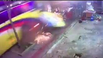 客車失控衝上人行道,撞向在喝酒人群的瞬間畫面。(圖源:監控視頻截圖)