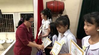 王桂秋主任給學生頒獎。