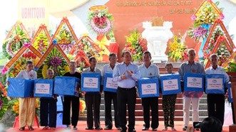 Thủ tướng Nguyễn Xuân Phúc thắp hương cho các anh hùng, liệt sĩ tại Nghĩa trang liệt sĩ xã Quế Phú