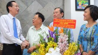 Lãnh đạo TPHCM thăm và chúc mừng nhà giáo lão thành