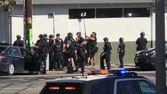Cảnh sát bao vây siêu thị Trader Joe's ở khu Silver Lake của TP Los Angeles, bang California, Mỹ, ngày 21-7-2018. AP