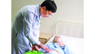 Bác sĩ chăm sóc cho cụ ông đã 101 tuổi, sau khi phẫu thuật thành công