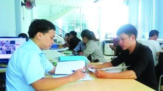 Công chứng viên của Văn phòng Công chứng Đồng Tâm (trái) xem hồ sơ trước khi công chứng.  Ảnh: ÁI CHÂN