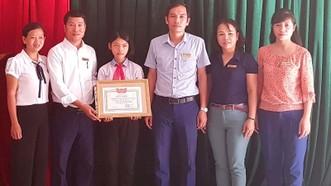 Trao tặng giấy khen cho em Trần Thị Tùng Lâm