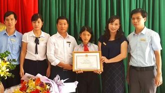 Lãnh đạo Sở Giáo dục và Đào tạo tỉnh Hà Tĩnh trao tặng giấy khen cho em Trần Thị Tùng Lâm