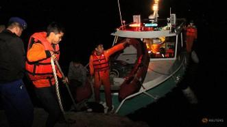 Lực lượng tìm kiếm cứu nạn trên hồ Toba. REUTERS