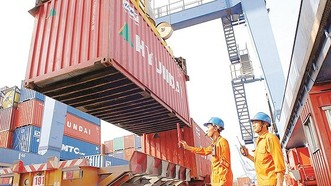 Bốc hàng xuất khẩu lên tàu tại cảng Cát Lái. Ảnh: CAO THĂNG