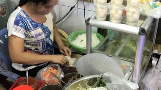 Người bán hàng dùng tay trần chế biến thức ăn cho khách Ảnh: HOÀNG HÙNG