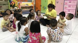 Giáo viên đọc truyện cho trẻ tại trường Mẫu giáo Tuổi Thơ 7 (quận 3, TPHCM).   Ảnh: HOÀNG HÙNG
