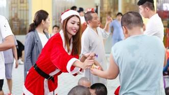 Bạn trẻ đóng vai bà già Noel làm thêm cuối năm