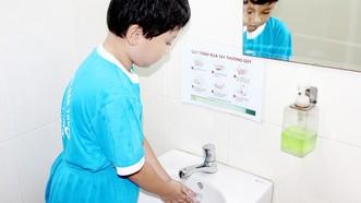 Học sinh sử dụng nhà vệ sinh tại Trường Tiểu học Kim Đồng (quận Gò Vấp) - một trong những đơn vị đầu tư tốt công trình vệ sinh trường học