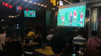 Quá nửa đêm mà quán xá mùa World Cup vẫn đông đúc, rôm rả. Ảnh: DŨNG PHƯƠNG