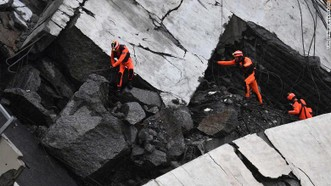 Lực lượng cứu hộ đang tìm kiếm những người còn sống sót trong vụ sập cầu