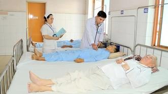Bác sĩ khám cho bệnh nhân tại Bệnh viện Quận 9