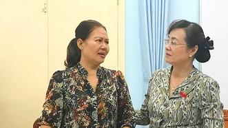Chủ tịch HĐND TPHCM Nguyễn Thị Quyết Tâm trao đổi với cử tri Hồ Thị Mai (quận 2, TPHCM)