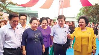 Chủ tịch UBND TPHCM Nguyễn Thành Phong tham quan Công ty cổ phần Việt Nam Kỹ nghệ Bột mì Ảnh: THANH HẢI