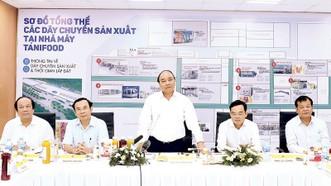 Thủ tướng Nguyễn Xuân Phúc thăm nhà máy thực phẩm Tanifood, huyện Gò Dầu, tỉnh Tây Ninh Ảnh: TTXVN
