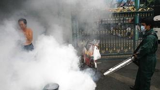 Một nhân viên thành phố phun thuốc đuổi muỗi ở Bangkok. (Nguồn: The Wall Street Journal)