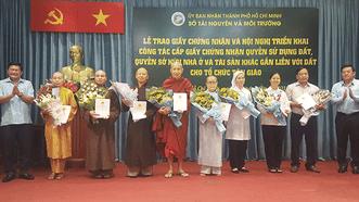 Trao giấy chứng nhận quyền sử dụng đất cho 8 cơ sở tôn giáo