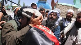 Chiến binh Taliban và người Afghanistan ôm nhau tại Ghazni ngày 16-6. Ảnh: CNN