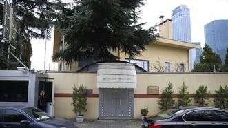 Một nhân viên an ninh đứng bên ngoài tòa nhà lãnh sự quán Saudi Arabia tại thành phố Istanbul, nơi nhà báo Jamal Khashoggi thiệt mạng. Ảnh: AP