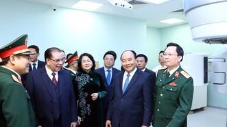 Thủ tướng Nguyễn Xuân Phúc thăm Khoa xạ trị, xạ phẫu Bệnh viện Trung ương Quân đội 108  Ảnh: TTXVN