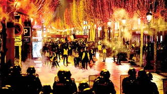 """Biểu tình của phe """"Áo vàng"""" diễn ra thâu đêm ở Paris. Ảnh: Getty Image"""