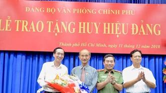 Nguyên Thủ tướng Chính phủ Nguyễn Tấn Dũng và Phó Chủ tịch Thường trực UBND TP Lê Thanh Liêm tặng hoa chúc mừng đồng chí Võ Viết Thanh. Ảnh: hcmcpv