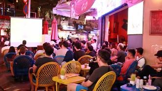 Đông đảo bạn trẻ chọn những quán cà phê có truyền hình trực tiếp bóng đá làm điểm hẹn trong mùa World Cup. Ảnh: LÊ VĨNH