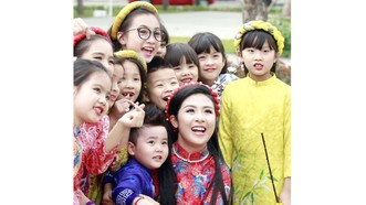 Nhà thiết kế Ngọc Hân và các người mẫu nhỏ tuổi