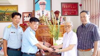 Bà Bùi Thị Yến, phu nhân cố Thượng tướng Phùng Thế Tài và con trai út là tiến sĩ Phùng Thế Tám giao tặng lại khẩu súng P38 cho Bảo tàng Phòng không - Không quân