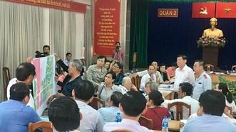 Chủ tịch UBND TPHCM Nguyễn Thành Phong đang tiếp xúc với người dân Thủ Thiêm