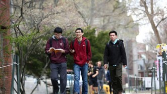 Sinh viên gốc Á tại Đại học Harvard. Ảnh: NY Times