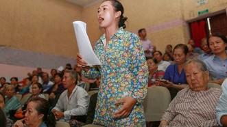 Bà Nguyễn Thị Thùy Dương phản ứng tại buổi tiếp xúc cử tri hôm 23-10 vì không được phát biểu. Ảnh: DŨNG PHƯƠNG