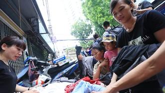 Xúc động cảnh hàng trăm người xếp hàng nhận quà hỗ trợ sau vụ cháy cạnh Bệnh viện Nhi Trung ương