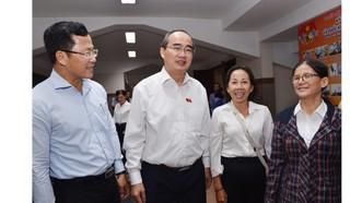 Bí thư Thành ủy TPHCM Nguyễn Thiện Nhân trao đổi với các đại biểu tại buổi tiếp xúc. Ảnh: VIỆT DŨNG