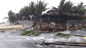 Căng dây, cắm biển báo nguy hiểm tại bờ biển Đà Nẵng