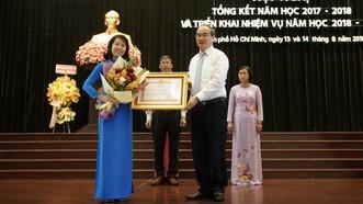Trao tặng Huân chương lao động hạng nhì do Chủ tịch nước trao tặng cho 3 tập thể có thành tích xuất sắc