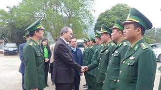 Đồng chí Nguyễn Thiện Nhân thăm hỏi cán bộ, chiến sĩ Đồn Biên phòng Cửa khẩu Trà Lĩnh, Cao Bằng