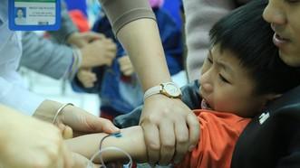Học sinh sợ hãi xét nghiệm sán heo tại Bệnh viện Nhiệt đới trung ương ở Hà Nội