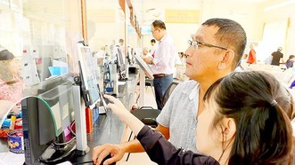 Người dân đánh giá sự hài lòng về cán bộ tại UBND Quận Bình Thạnh. Ảnh: VIỆT DŨNG