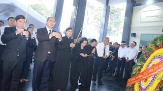 Đồng chí Nguyễn Thiện Nhân làm trưởng đoàn, thắp hương chia buồn. Ảnh: LONG HỒ