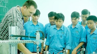 Chuyên gia Đức hướng dẫn sinh viên Trường CĐ Nghề Lilama 2 thực hành trên thiết bị dạy nghề hiện đại