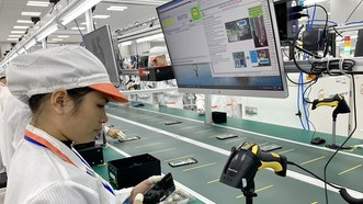 """Sản xuất điện thoại di động tại nhà máy Vsmart,  sản phẩm """"Make in Vietnam"""". Ảnh: T.BA"""