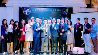蟬聯新一屆會長的李鴻毅(左七)與貴賓和全體理監事合影。