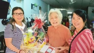 海南會館理事向各位80歲高齡鄉親送禮祝賀。