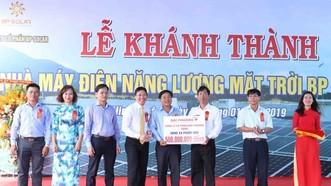 BP Solar投資商在BP Solar 1太陽能發電廠落成儀式上向寧順省寧福縣福友鄉開發基金會贈送5億元。(圖源:阮忠)