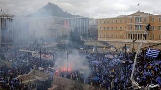 當地時間1月20日,希臘首都雅典數萬民眾走上街頭,抗議政府與馬其頓政府簽署馬其頓更改國名的協議。(圖源:路透社)