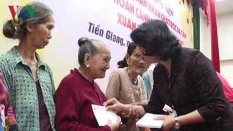 國家副主席鄧氏玉盛向前江省優撫家庭和貧困戶贈送禮物。(圖源:VOV)