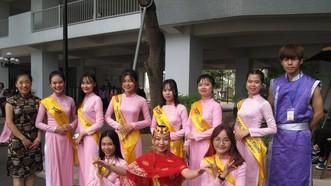 孫德勝大學的外國留學生在2018年ICF國際文化交流會上合照留念。(圖源:C.Nhật)